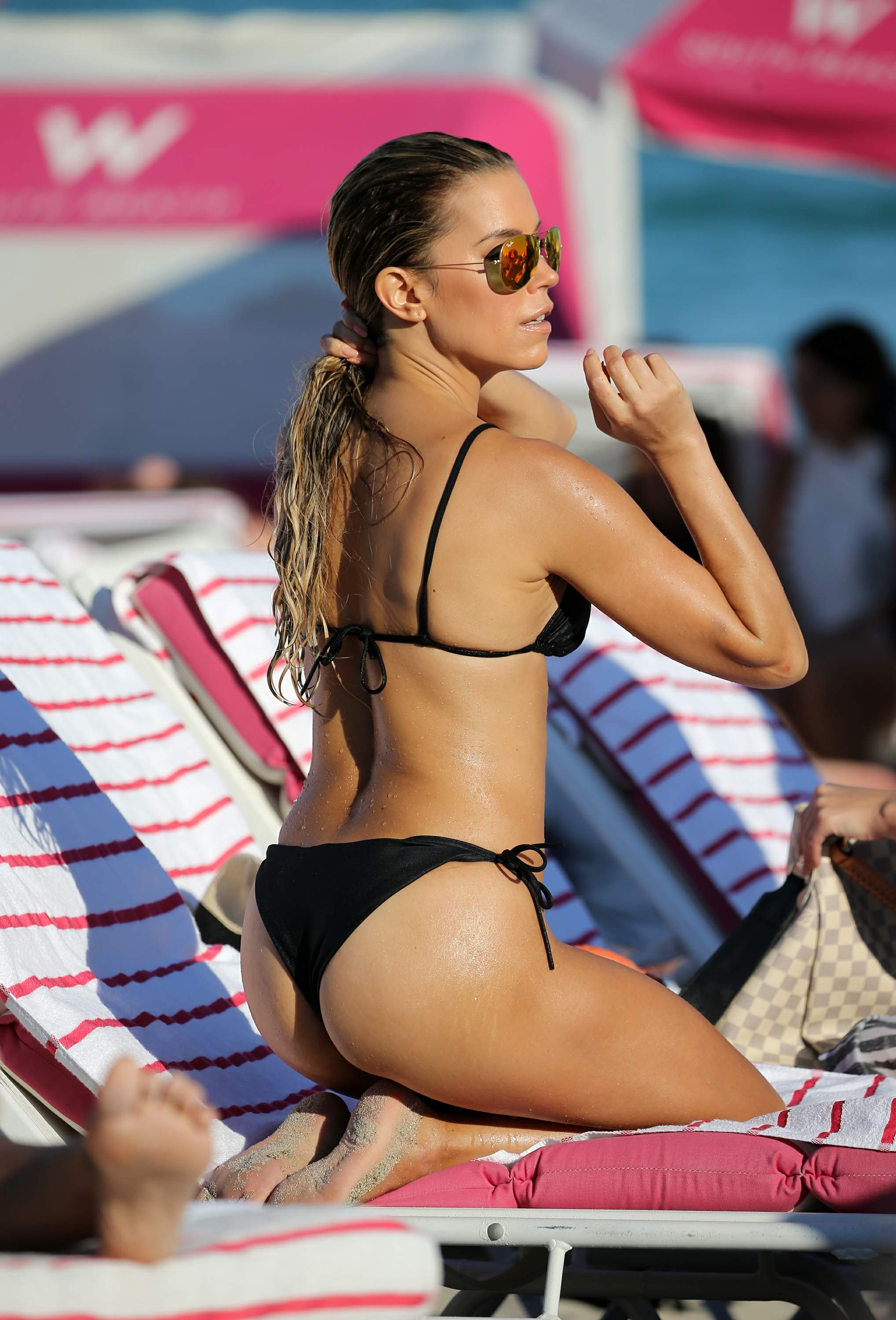 Sylvie Meis enjoying a coffee at the beach in Miami (12/29/17)
