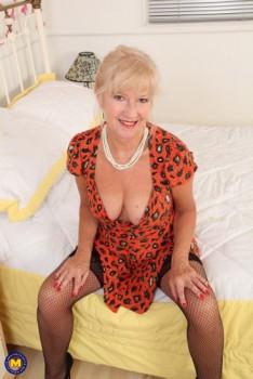 Emily Jane EU 62 - British mature temptress playing with herself (2018) 1080p