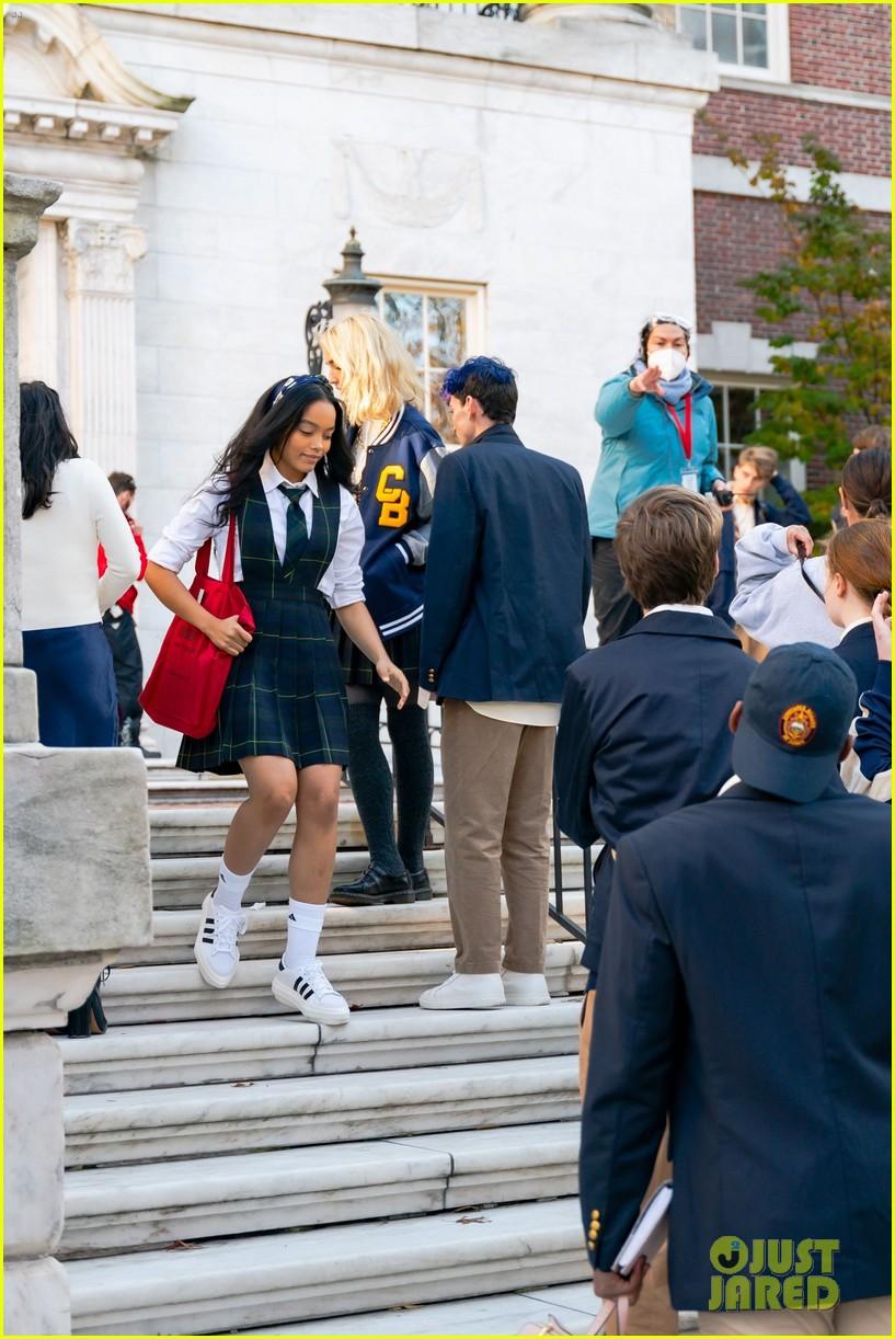 gossip-girl-in-school-uniforms-16.jpg