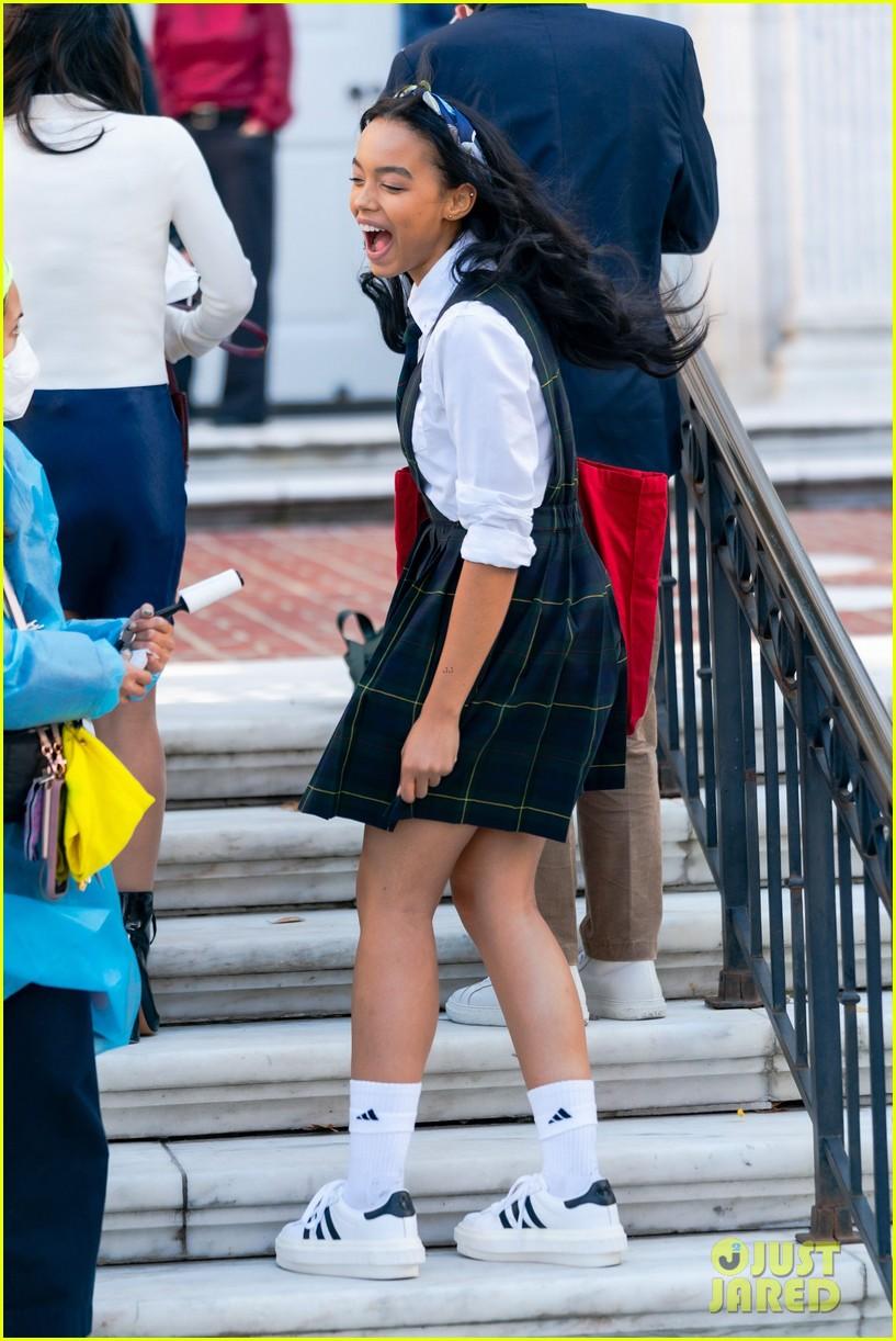 gossip-girl-in-school-uniforms-11.jpg