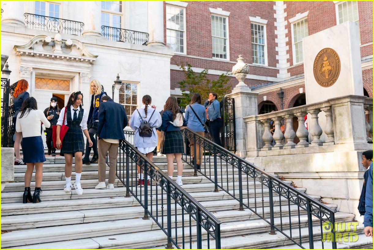 gossip-girl-in-school-uniforms-17.jpg