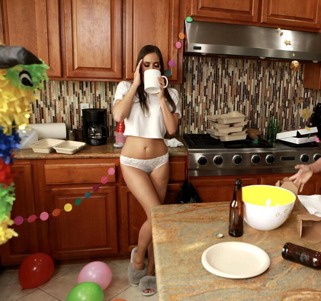 Ariella Ferrera - Post-Party Cleanup (2021 WeLiveTogether.com RealityKings.com) [HD   720p  832.07 Mb]