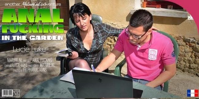 Mature.nl: Housewife Lucie Luke getting her ass fucked in the garden Starring: Lucie Luke (EU) (39)