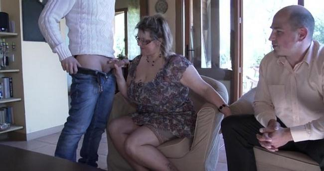 Julia - Julia et Tony, un couple de commercant a Honfleur, nous accueille chez eux ! (2020 Indecentes-Voisines.com) [SD   360p  513.58 Mb]
