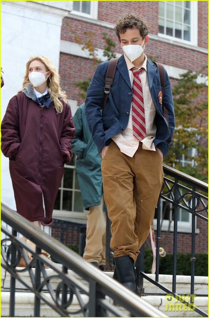 gossip-girl-in-school-uniforms-05.jpg