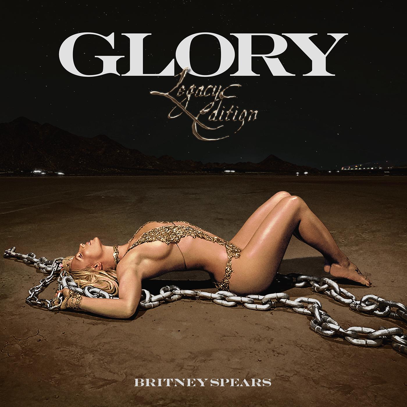 Britney no deserto à noite. Ela está deitada e com correntes em volta.