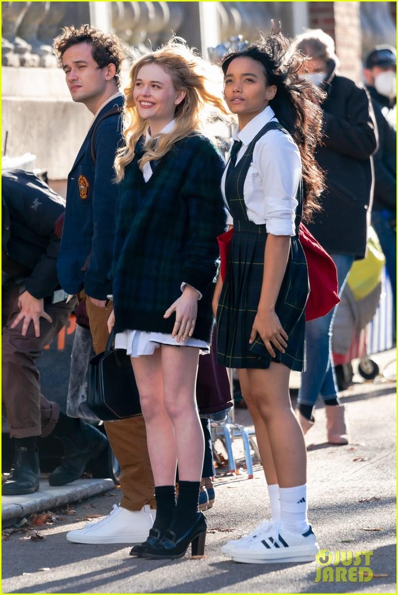 gossip-girl-in-school-uniforms-03.jpg