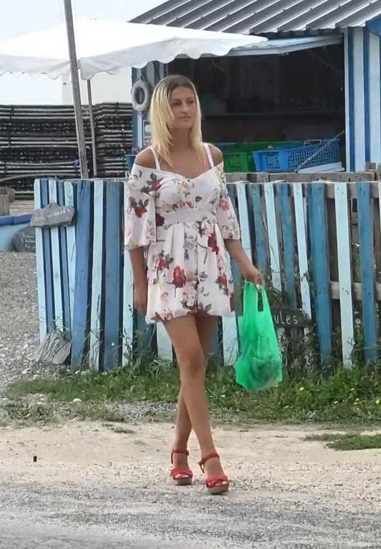 JacquieEtMichelTV.net Indecentes-Voisines.com: Lilou, 22ans, la beaute de lile dOleron, avec deux hommes Starring: Lilou