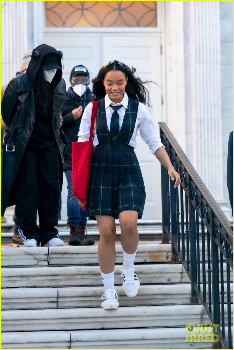 gossip-girl-in-school-uniforms-01.jpg